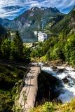 Paisaje de la montaña con la vista del fiordo de Geiranger en verano del paseo de la cascada fotografía de archivo libre de regalías