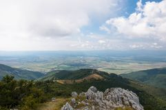 Paisaje de la montaña contra el cielo foto de archivo