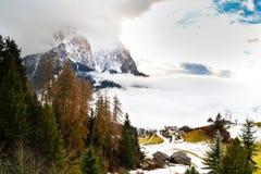 Paisaje de la montaña cubierto en la niebla Fotos de archivo libres de regalías