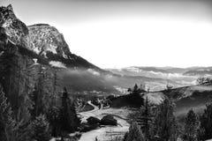 Paisaje de la montaña cubierto en la niebla Imagen de archivo