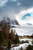Paisaje de la montaña cubierto en la niebla Imagenes de archivo