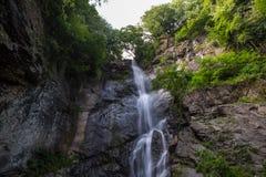 Paisaje de la montaña de la cascada fotografía de archivo