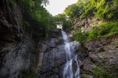 Paisaje de la montaña de la cascada imágenes de archivo libres de regalías