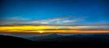 Paisaje de la montaña de la puesta del sol Foto de archivo libre de regalías