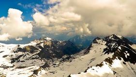 Paisaje de la montaña de las montañas con las nubes Fotos de archivo libres de regalías