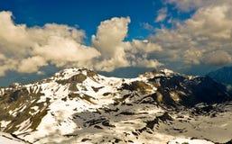 Paisaje de la montaña de las montañas con las nubes Imagenes de archivo
