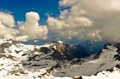 Paisaje de la montaña de las montañas con las nubes Imagen de archivo libre de regalías