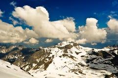 Paisaje de la montaña de las montañas con las nubes Imagen de archivo