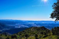 Paisaje de la montaña de Montserrat con la pista del avión, Barcelona Fotos de archivo libres de regalías