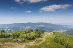 Paisaje de la montaña de Skrzyczne Ladera cubierta con el pino tr Imagen de archivo libre de regalías