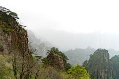 Paisaje de la montaña del amarillo de la montaña de Huangshan, Anhui, China con pájaros negros Foto de archivo
