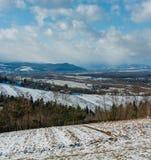 Paisaje de la montaña del invierno con el campo y el pueblo imágenes de archivo libres de regalías