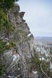 Paisaje de la montaña del invierno Roca Nevado en Rusia, Ural Foto de archivo