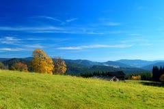 Paisaje de la montaña del otoño con el cielo azul Foto de archivo libre de regalías