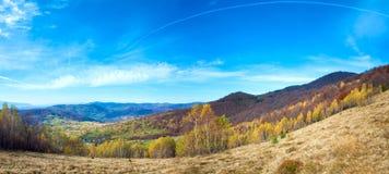 Paisaje de la montaña del país del otoño Foto de archivo