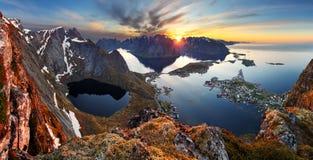 Paisaje de la montaña del panorama de la naturaleza en la puesta del sol, Noruega Foto de archivo libre de regalías
