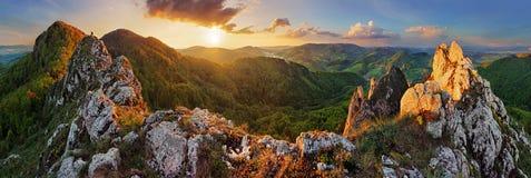 Paisaje de la montaña del panorama en la puesta del sol, Eslovaquia, Vrsatec fotografía de archivo