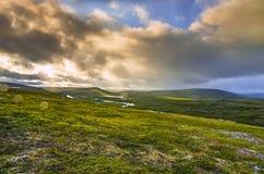 Paisaje de la montaña del prado y del cielo Fotos de archivo