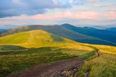 Paisaje de la montaña del verano con el camino y la sombra de nubes imágenes de archivo libres de regalías