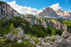 Paisaje de la montaña del verano con los picos grandes de las dolomías, montañas, AIE imagen de archivo