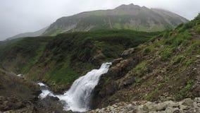 Paisaje de la montaña del verano: vista superior de la cascada pintoresca almacen de metraje de vídeo
