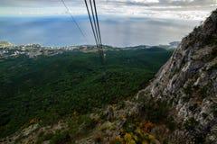 Paisaje de la montaña en Crimea Visión desde el teleférico Foto de archivo