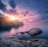 Paisaje de la montaña en el mar en la puesta del sol Fotografía de archivo libre de regalías