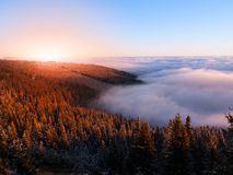 Paisaje de la montaña en el tiempo de la puesta del sol Tarde de Freezy e inversión del tiempo, montañas gigantes, aka Krkonose,  Fotos de archivo libres de regalías