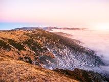Paisaje de la montaña en el tiempo de la puesta del sol Tarde de Freezy e inversión del tiempo, montañas gigantes, aka Krkonose,  Imágenes de archivo libres de regalías