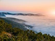 Paisaje de la montaña en el tiempo de la puesta del sol Tarde de Freezy e inversión del tiempo, montañas gigantes, aka Krkonose,  Foto de archivo