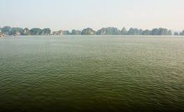 Paisaje de la montaña en la bahía de Halong, Vietnam del norte Imagen de archivo
