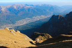 Paisaje de la montaña en la mucha altitud, con las colinas y las piedras grandes Imagen de archivo libre de regalías