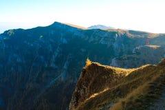 Paisaje de la montaña en la mucha altitud, con las colinas y las piedras grandes Fotografía de archivo
