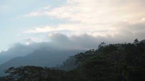 Paisaje de la montaña en la mudanza de la puesta del sol y de la nube metrajes