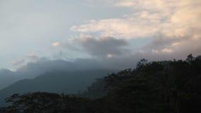 Paisaje de la montaña en la mudanza de la puesta del sol y de la nube almacen de video
