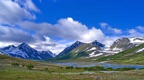 Paisaje de la montaña en valle verde imágenes de archivo libres de regalías