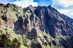 Paisaje de la montaña de la garganta de Masca Hermosas vistas de la costa con los pequeños pueblos en Tenerife, islas Canarias fotos de archivo
