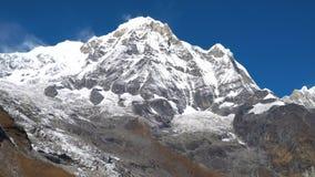 Paisaje de la montaña de Himalaya en la región de Annapurna Pico en la gama de Himalaya, Nepal de Annapurna Campo bajo de Annapur metrajes