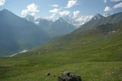 Paisaje de la montaña Montañas, los picos de montaña, gargantas y valles Las piedras en las cuestas Imagen de archivo
