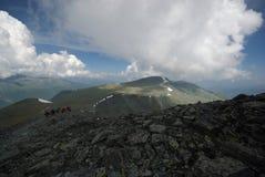 Paisaje de la montaña Montañas, los picos de montaña, gargantas y valles Las piedras en las cuestas Imagen de archivo libre de regalías