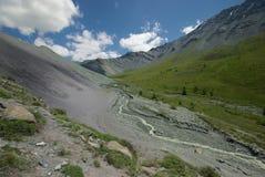 Paisaje de la montaña Montañas, los picos de montaña, gargantas y valles Las piedras en las cuestas Fotos de archivo libres de regalías