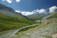 Paisaje de la montaña Montañas, los picos de montaña, gargantas y valles Las piedras en las cuestas Foto de archivo libre de regalías