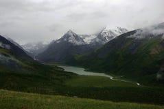 Paisaje de la montaña Montañas, los picos de montaña, gargantas y valles Las piedras en las cuestas Foto de archivo