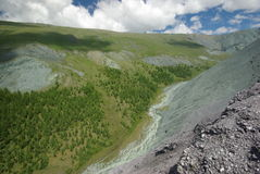Paisaje de la montaña Montañas, los picos de montaña, gargantas y valles Las piedras en las cuestas Fotos de archivo