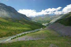 Paisaje de la montaña Montañas, los picos de montaña, gargantas y valles Las piedras en las cuestas Fotografía de archivo