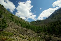 Paisaje de la montaña Montañas, los picos de montaña, gargantas y valles Las piedras en las cuestas Imágenes de archivo libres de regalías