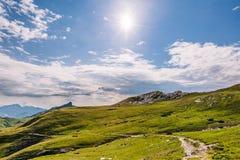 Paisaje de la montaña de la mucha altitud con la mañana Sun fotos de archivo