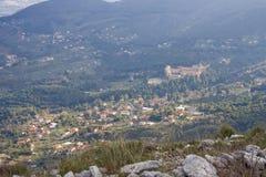 Paisaje de la montaña, opinión de la abadía. Foto de archivo
