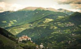 Paisaje de la montaña sobre la abadía de Monastero di Sabiona Saben Fotos de archivo libres de regalías