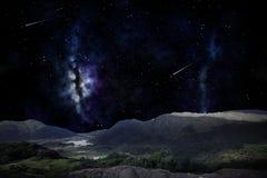 Paisaje de la montaña sobre el cielo nocturno o el espacio Imagen de archivo libre de regalías